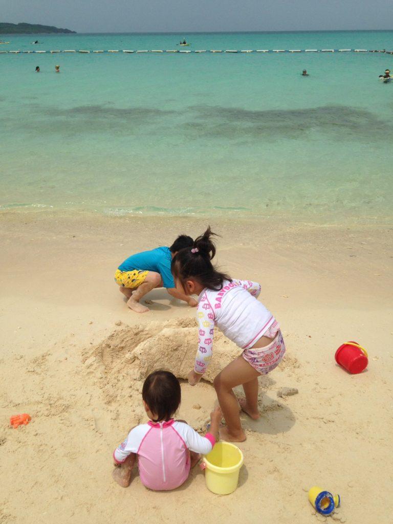 前浜ビーチで遊ぶ子ども