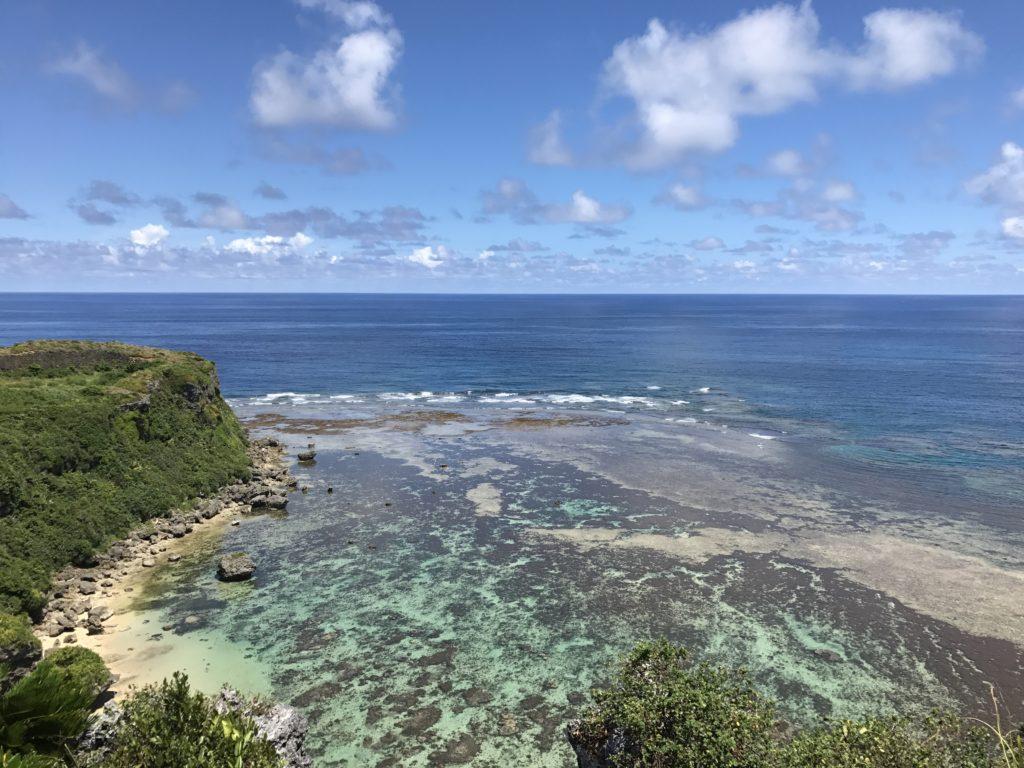 うるま市の海中道路の途中にある宮城島の果報バンタを丘の上から見た景色