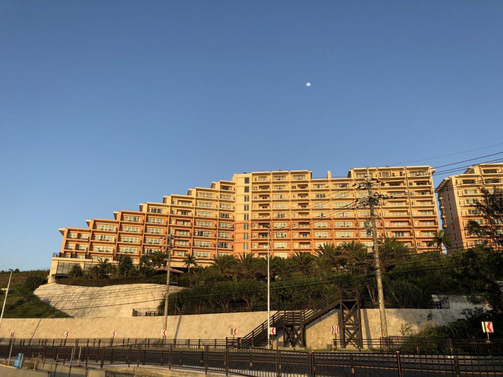 カフーリゾートフチャクコンドホテルのホテル棟を向かいの道から撮影したもの