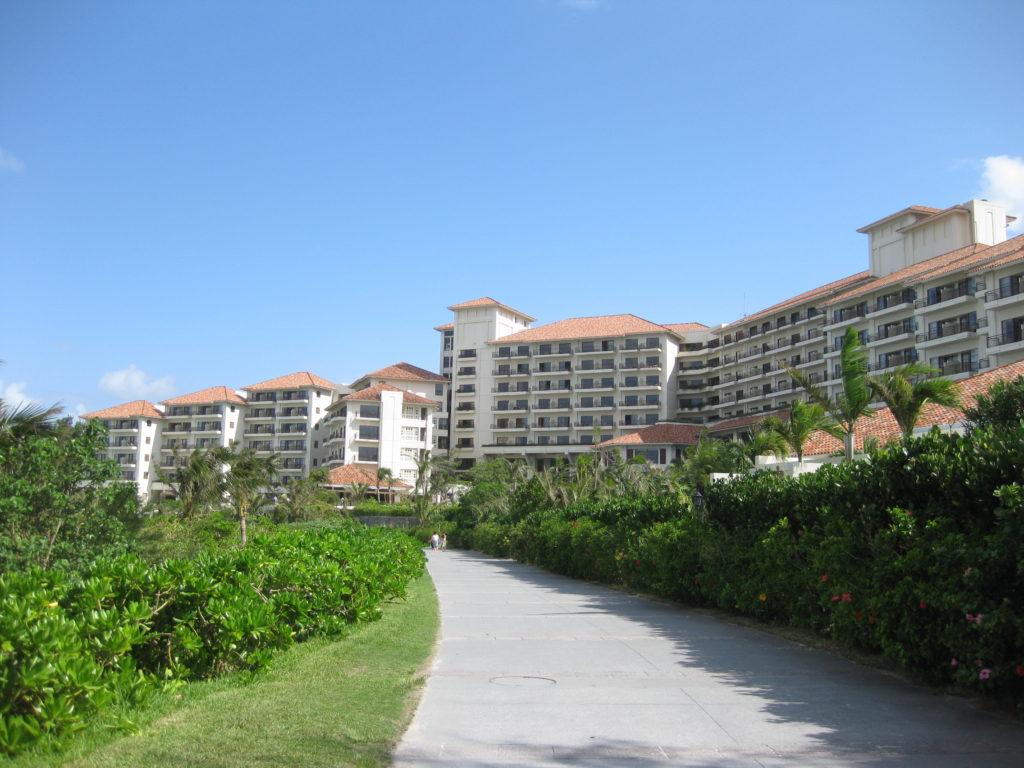 ホテル「ザ・ブセナテラス」の外観(ホテル内の通路から見た外観)