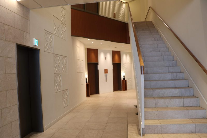 ホテルグレイスリー那覇のエントランス奥の階段