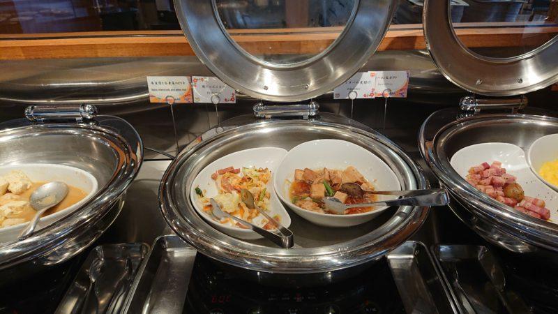 ホテルグレイスリー那覇の朝食ビュッフェ内容(中央右)ラフテー (中央左)麩チャンプルー