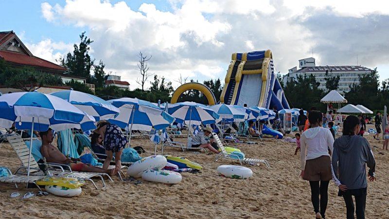 リザンパーク谷茶ベイのビーチ(パラソルが並ぶ砂浜の様子)