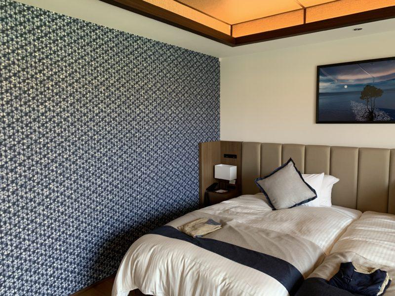 フサキリゾートのスーペリアツインのベッド脇の壁紙