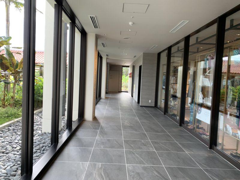 フサキリゾートの大理石とタイルで高級感のある廊下