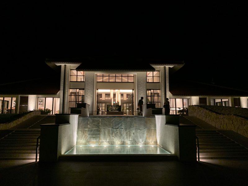 フサキリゾートのエントランス(夜のライトアップ)