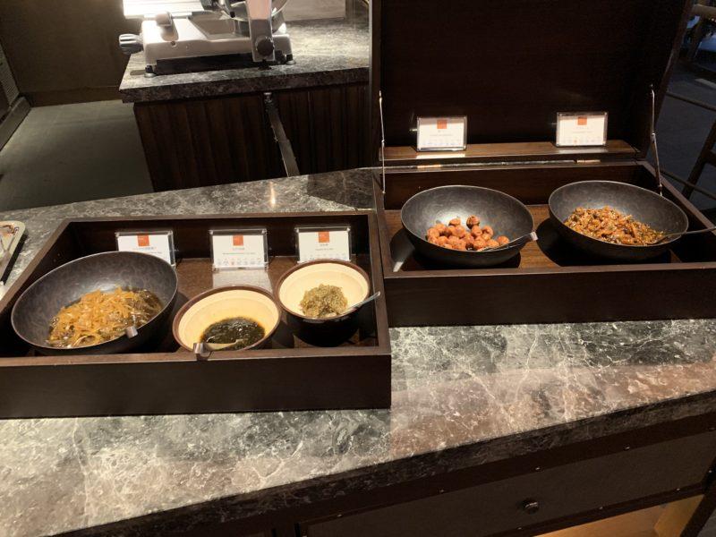 フサキリゾートのレストラン(セントラルヴィレッジ)の朝食ビュッフェに並ぶ沖縄料理