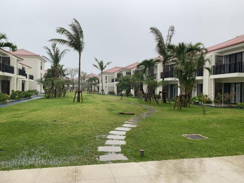 フサキリゾートの中庭(台風でヤシの木がしなっている様子)
