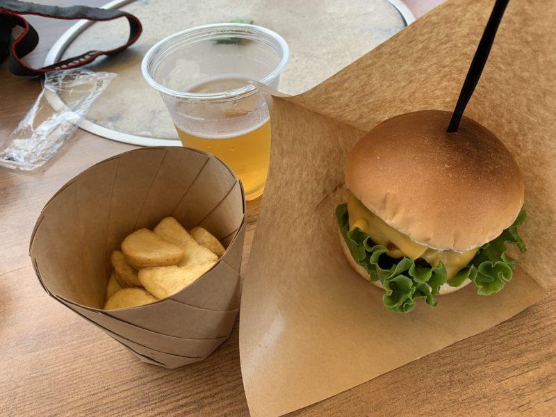 フサキリゾートのプール隣接カフェ「SEASAID BBQ 夏至南風」でハンバーガー