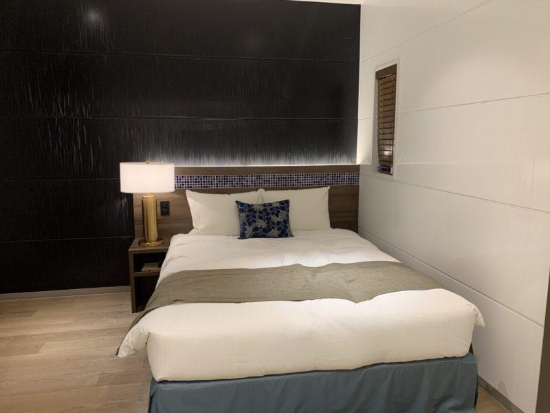 古宇利島ワンスイートザテラスのOCEAN VIEW TERRACE DELUXE Aのベッド
