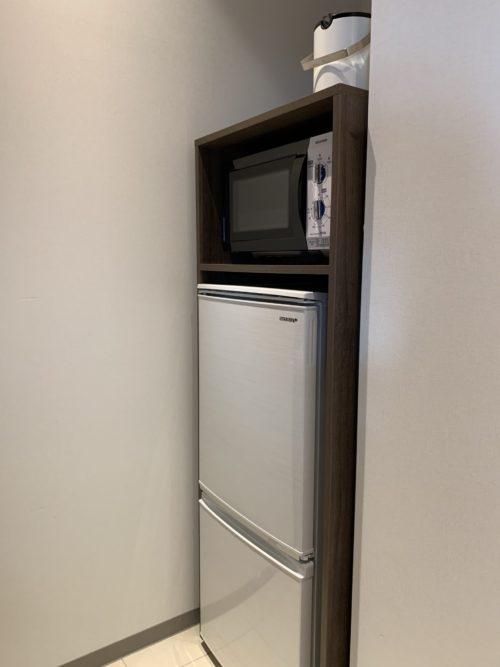 古宇利島ワンスイートザテラスのOCEAN VIEW TERRACE DELUXE Aの冷蔵庫と電子レンジ