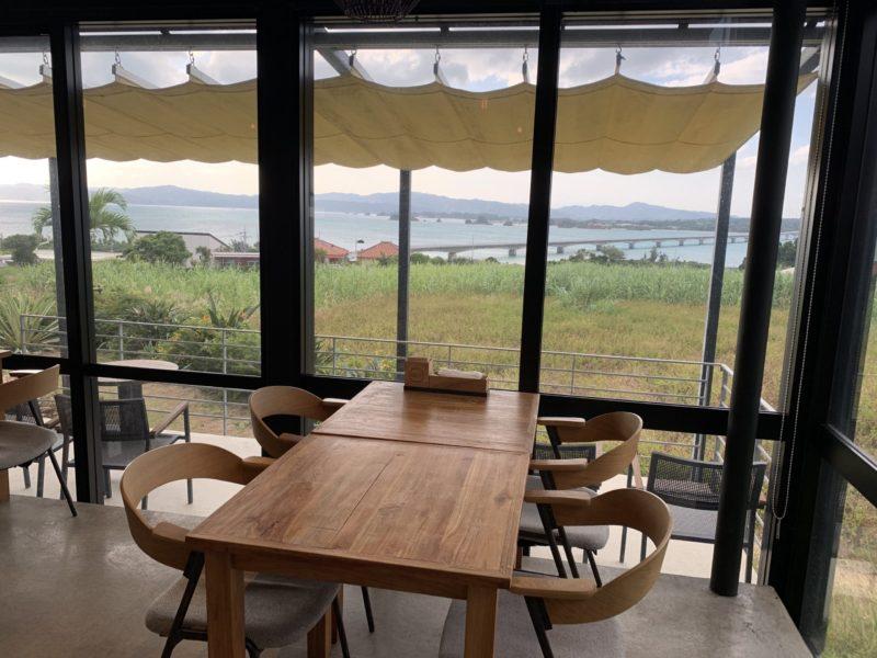 古宇利島ワンスイートザテラスのオーシャンビューデラックスの朝食を食べる席