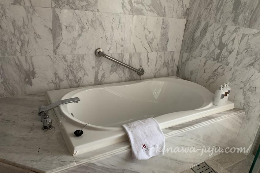オキナワマリオットリゾート&スパのスーペリアルームのお風呂